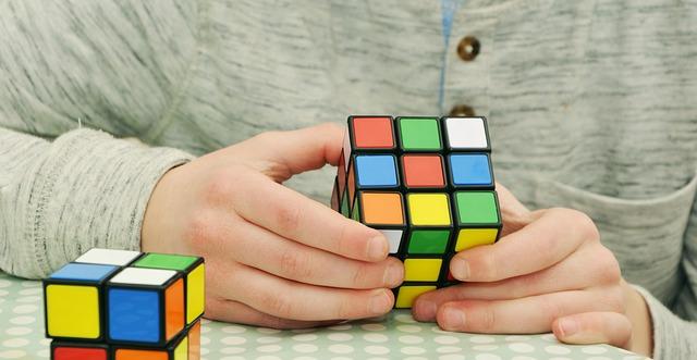 Układanie kostki Rubika przez najmłodszych